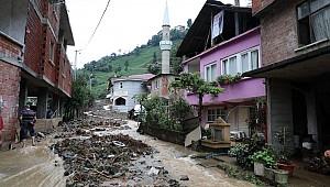 Sel Rize'yi vurdu! Masur kalanlar kurtarıldı, köy yolları ulaşıma kapandı