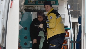 Garda güvenlik çizgisini geçen kadına tren çarptı