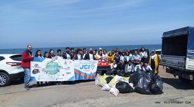 Sahili temizleyen gönüllüler