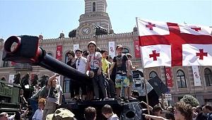Gürcistan'da bayrak krizi bakanı görevinden etti