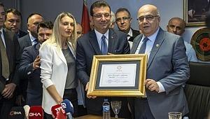 İstanbul Büyükşehir Belediye Başkanı Ekrem İmamoğlu mazbatasını aldı.