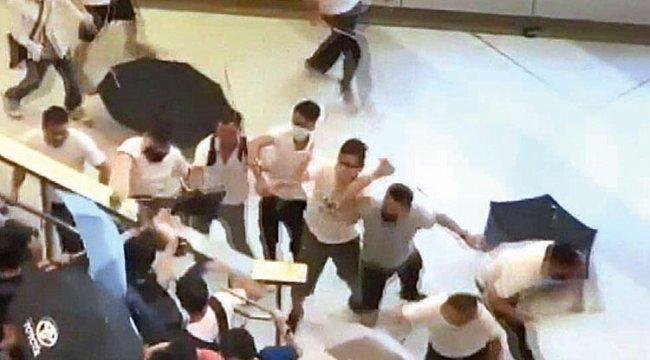 Hong Konglu eylemcileri sopayla dövdüler