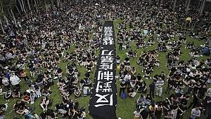 Hong Kong'daki protestolar oturma eylemiyle devam ediyor