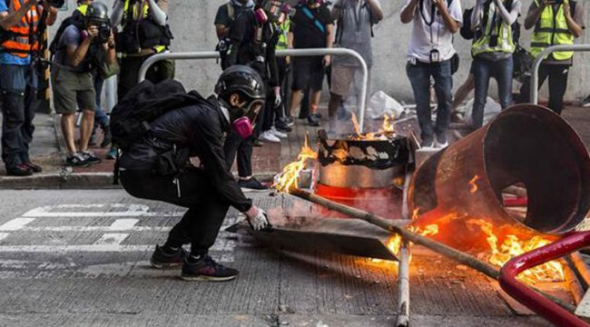Hong Kong polisi göstericilere biber gazı sıktı