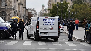 Paris'te bıçaklı saldırı: En az 4 ölü