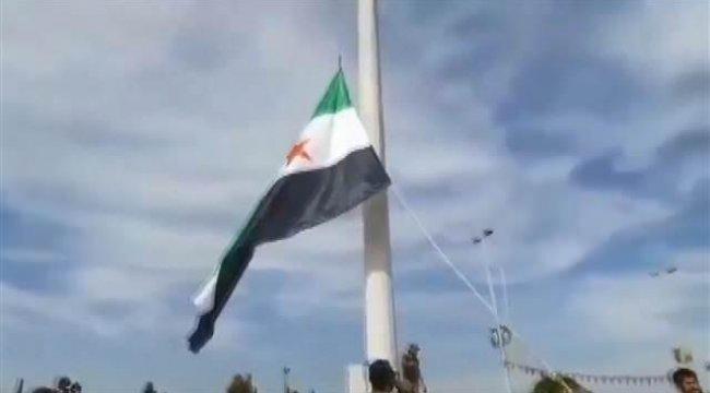 Suriye Milli Ordusunun bayrağı Tel Abyad'da göndere çekildi