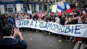 Paris sokaklarında 'İslamofobi'ye hayır' gibi sloganlar attıldı.