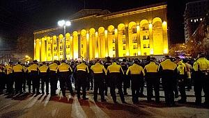 Ve yeniden! Gürcistan'da parlamento binası kuşatıldı