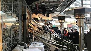 AVM'de asma tavan çöktü: