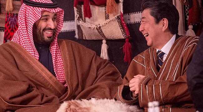 Veliaht Prens Selman, Japonya Başbakanı Abe'yi çölde bedevi çadırında ağırladı
