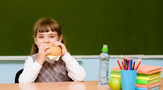 Çocukların Ders Çalışırken Yemek Yemesi Obeziteye Zemin Hazırlıyor