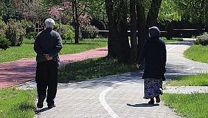 65 yaş üstü vatandaşların sokağa çıkma saati değişti
