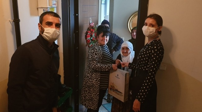 İBB Halkla İlişkiler Müdürlüğü ekipleri 100 yaş ve üstündeki İstanbullulara bayram ziyaretinde bulundu