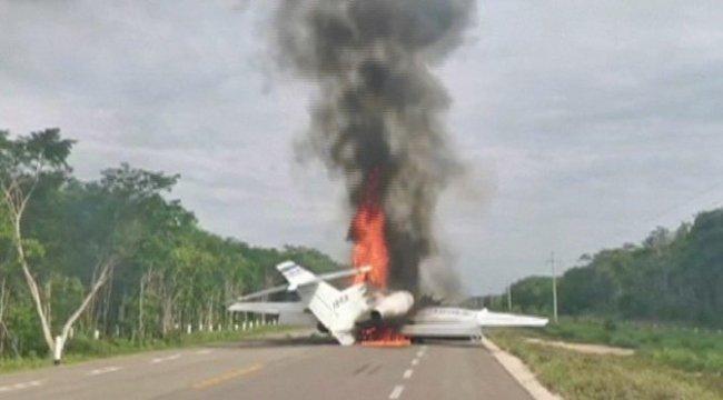 Havada akılalmaz kovalamaca! Uyuşturucu kartelinin uçağı otoyola indirildi