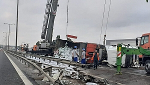 TEM Otoyolu'nda toprak yüklü TIR devrildi, yol ulaşıma kapandı