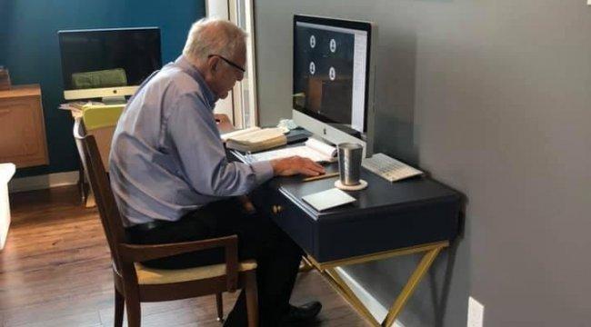 91 yaşındaki profesörün uzaktan eğitim verdiği anlar sosyal medyada ilgi odağı oldu