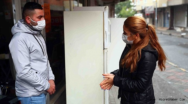 """Bağcılar Belediyesi Gönül Bağı üyesi liseli Semra Tepeltepe,Kapı kapı dolaşıp """"Yaşam Üçgeni""""ni anlatıyor"""