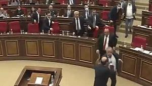 Ermenistan Meclisi'nde Karabağ kavgası