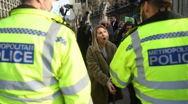 İngiltere'de corona aşısı karşıtı gösterilerde sokaklar karıştı