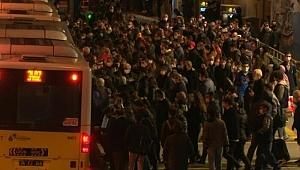 İstanbul'da metrobüs durağında yoğunluk