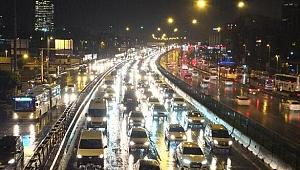 İstanbul'da yağmur trafiği kilitledi!