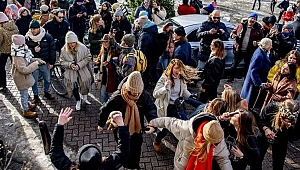 Hollanda'da hükümet ve mahkeme karşı karşıya geldi: Sokağa çıkma yasağı kaldırılıyor!