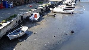 Sarıçay'da sular çekildi, tekneler karaya oturdu!
