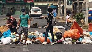 Myanmar'da darbe karşıtları yollara çöp dökme eylemi başlattı