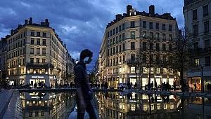 Paris Kovid-19 nedeniyle 3'üncü kez sokağa çıkma kısıtlamasına gidiyor