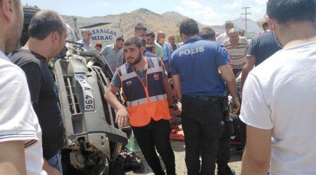 Bitlis'te çekici ile çarpışan minibüs takla attı: 1'i ağır 4 yaralı