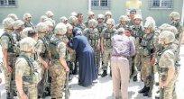 Hakkari İran sınır karakolunda bayram sevinci