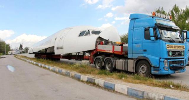 54 Metrelik Uçak İzmir'e Tır'la Getirildi