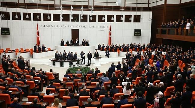 CHP, HDP VE İP'LİLER AYAĞA KALKMAYARAK %52.6 MİLLET SAYGISIZLIK ETTİLER