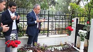 CHP'nin Büyükşehir Belediye Başkan Adayı Böcek'in İlk Ziyareti Anne ve Babasının Kabirleri Oldu
