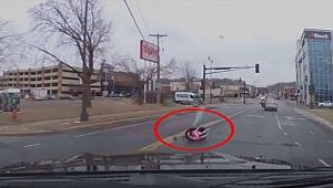 Çocuk, araç koltuğuyla yola düştü; annesi fark etmedi
