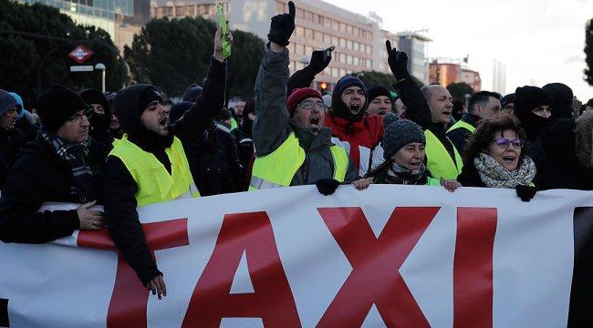 Madrid'de grevdeki taksiciler yolu kapattı, ortalık karıştı