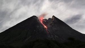 Endonezya'da yanardağ nedeniyle yüzlerce kişi mahsur