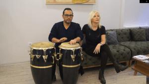 Hastalarını müzikle tedavi ediyor